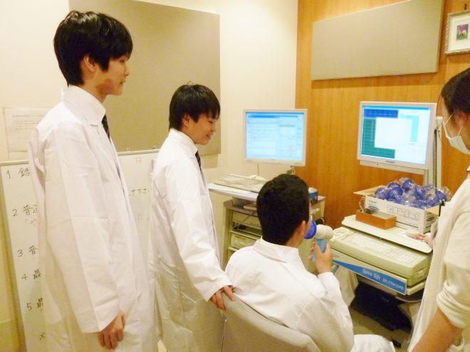 臨床検査科ではエコー体験の他、肺活量を競って大盛り上がり