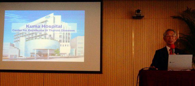 写真2:北京での講演に先立ち隈病院を紹介する宮内院長