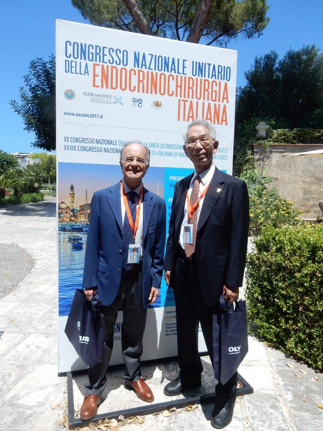 写真:ローマのAndrea Ortensi教授と宮内院長。学会看板の前で。。