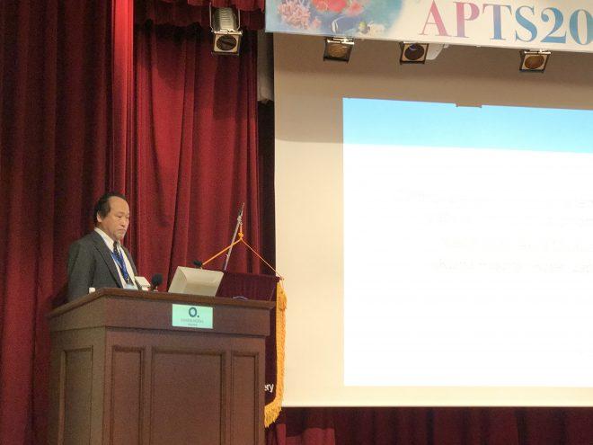 シンポジウムで講演する伊藤康弘先生