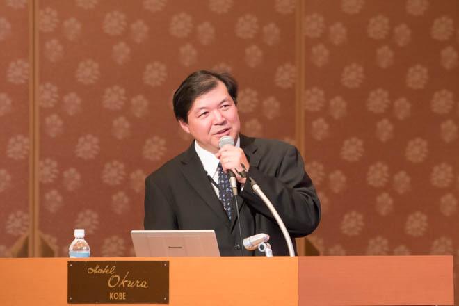 講演する東山卓也医師