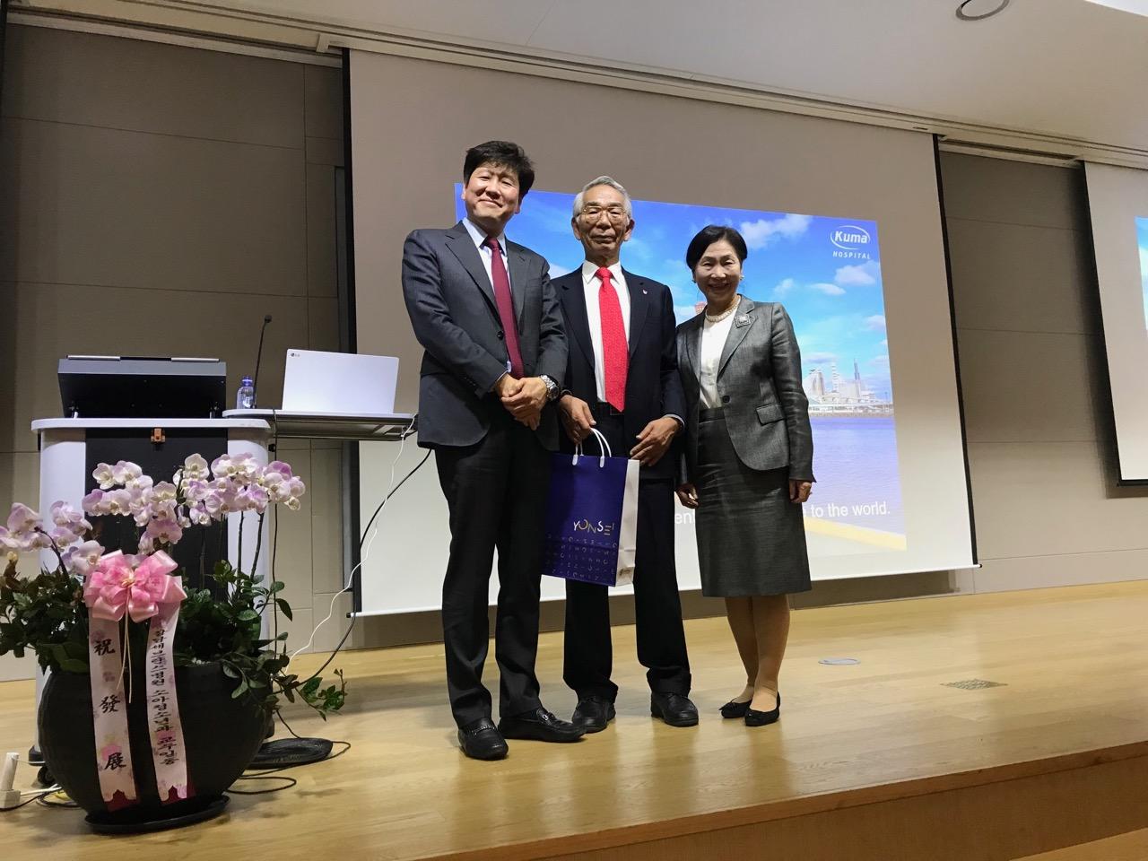 講演の後で現在のセンター長のChang教授から記念品を頂く宮内夫妻。