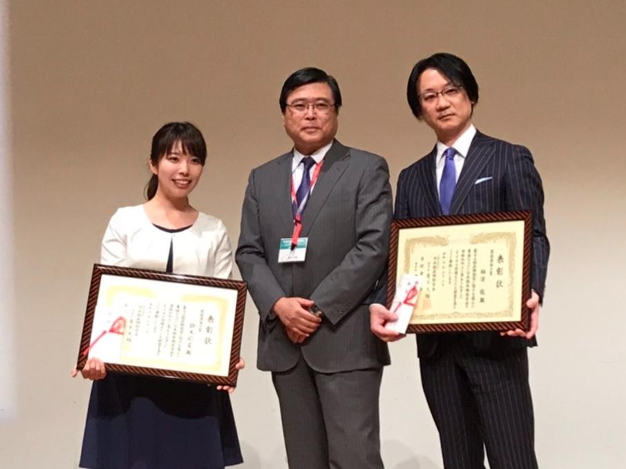 表彰を受けた鈴木彩菜(左)